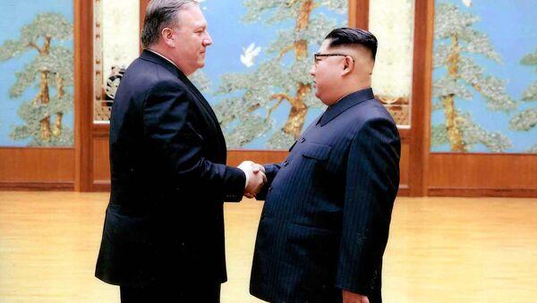 Mike Pompeo e il leader della Corea del Nord Kim Jong-un a Pyongyang (foto d'arhivio) - Sputnik Italia