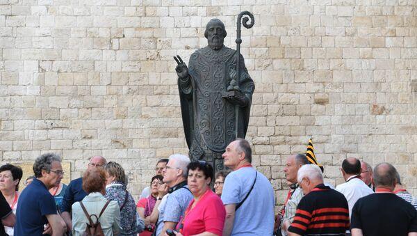 Bari, passanti davanti alla basilica di San Nicola - Sputnik Italia