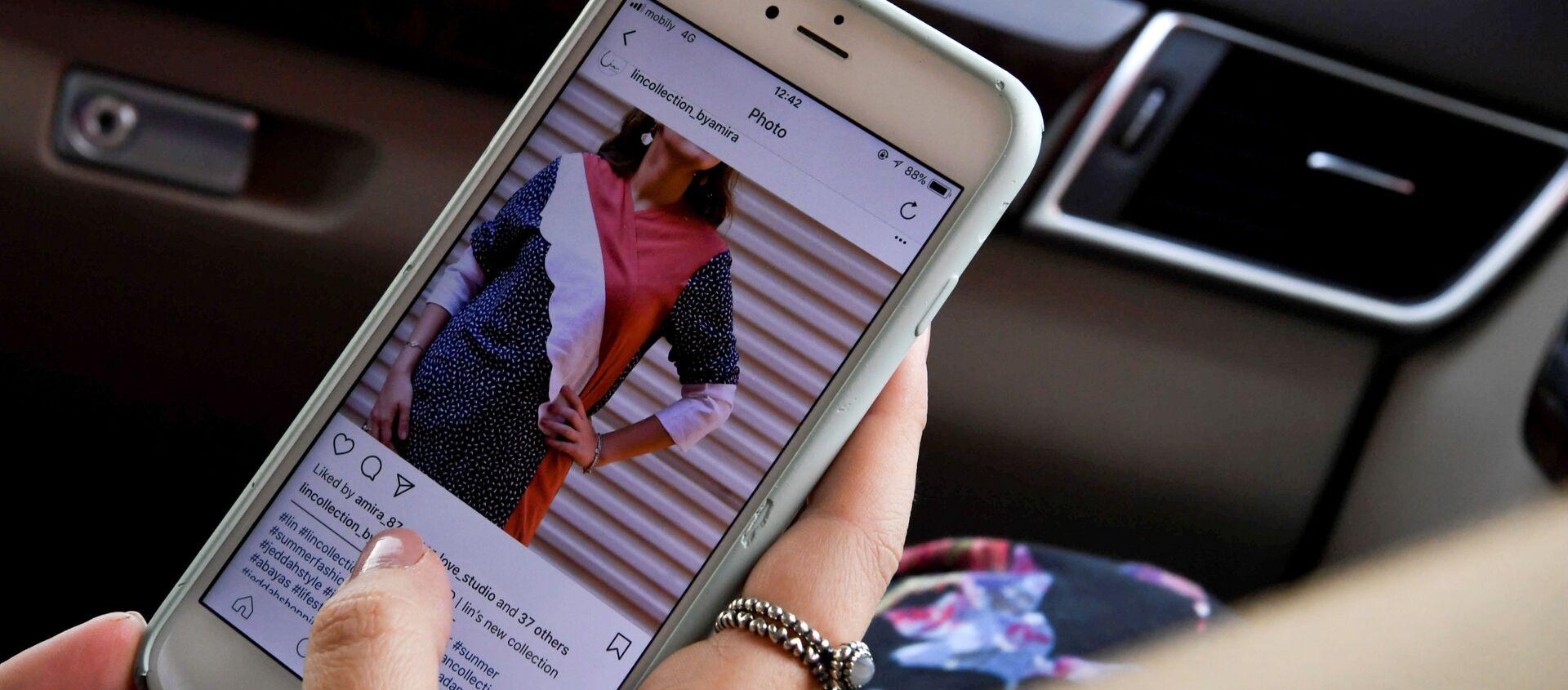 Una ragazza aggiorna Instagram sul proprio smartphone - Sputnik Italia, 1920, 10.02.2021