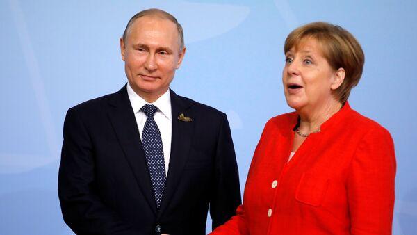 German Chancellor Angela Merkel welcomes Russia's President Vladimir Putin at the G20 summit in Hamburg, Germany July 7, 2017 - Sputnik Italia