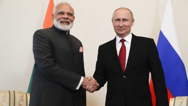 Russian President Vladimir Putin (R) shakes hands with Indian Prime Minister Narendra Modi during a meeting on the sidelines of the St. Petersburg International Economic Forum (SPIEF), Russia - Sputnik Italia