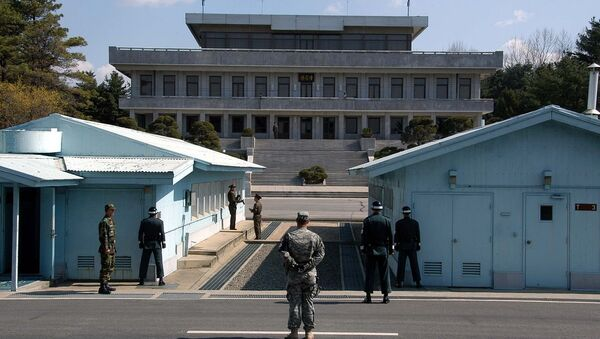 A view from South Korea towards North Korea in the Joint Security Area at Panmunjom. North and South Korean military personnel, as well as a single US soldier, are shown - Sputnik Italia