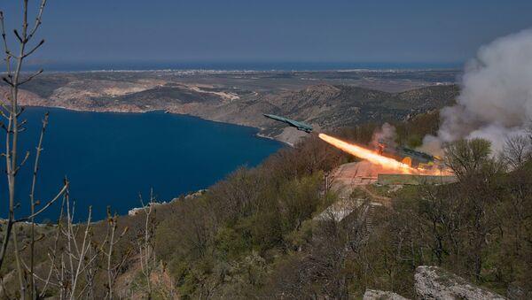 The Utyos stationary coastal missile system launches a cruise missile during a Black Sea Fleet tactical drill in Crimea - Sputnik Italia