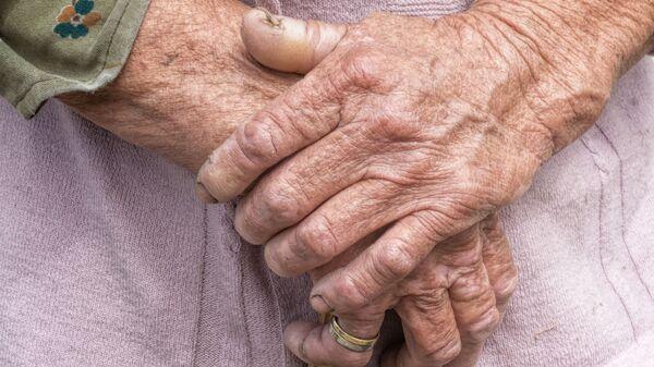 Le mani di una donna anziana - Sputnik Italia