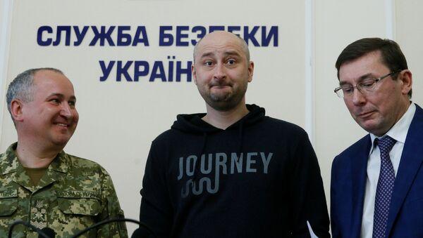Giornalista russo Arkady Babchenko (al centro) il giorno dopo il suo omicidio che risulta di essere una messa in scena degli Sbu. - Sputnik Italia