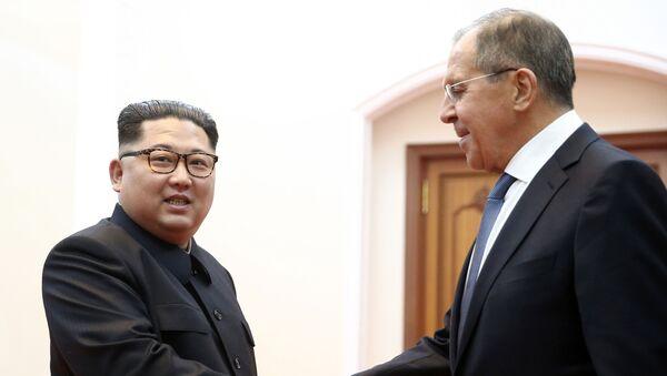 Министр иностранных дел РФ Сергей Лавров и глава КНДР Ким Чен Ын на встрече в Пхеньяне - Sputnik Italia