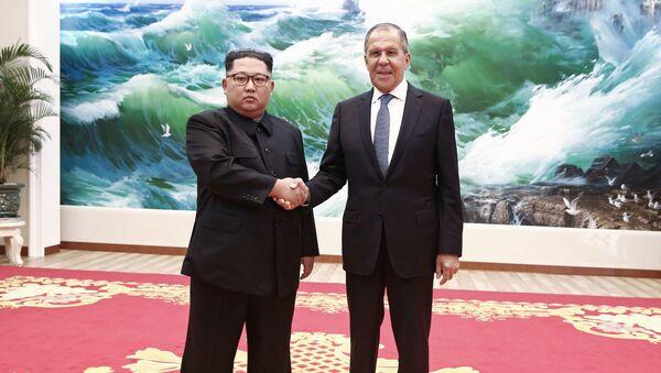 Il ministro degli Esteri russo Sergei Lavrov e il leader della Corea del Nord Kim Jong-un si sono incontrati a Pyongyang. - Sputnik Italia