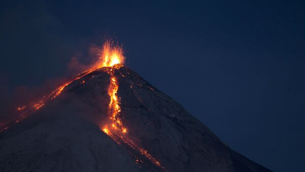 Volcan de Fuego (Vulcano di Fuoco) erutta a San Juan Alotenango, Guatemala (foto d'arhivio) - Sputnik Italia