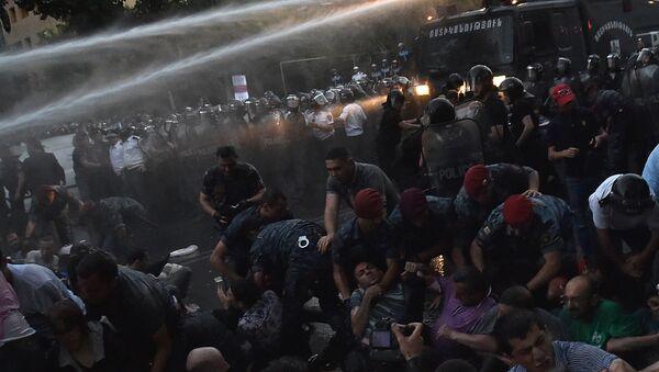 Разгон демонстрантов в Ереване - Sputnik Italia