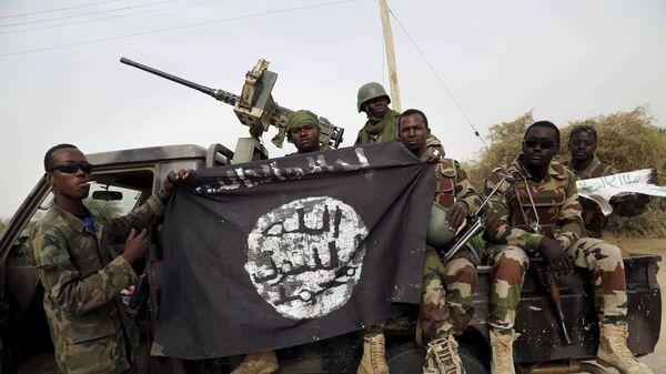 Militari nigeriani con una bandiera di Boko Haram - Sputnik Italia