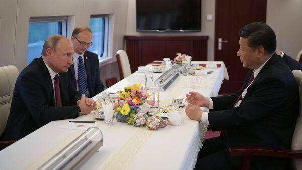 Putin and Xi talk aboard a Chinese highspeed train. - Sputnik Italia