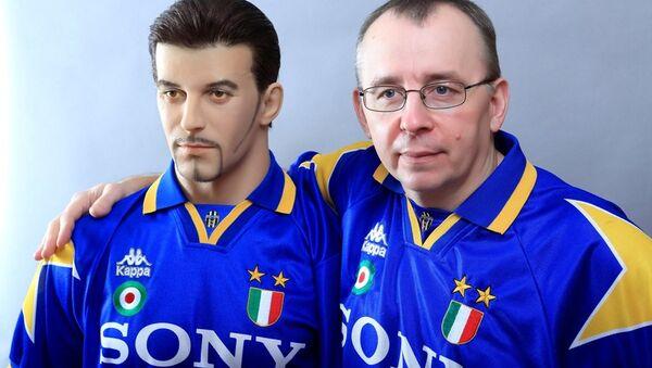 La statua di Alessandro Del Piero e il suo creatore Vladimir Gulevskiy - Sputnik Italia