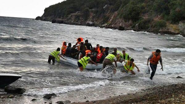 Un gommone di migranti approda su una spiaggia del Mediterraneo - Sputnik Italia
