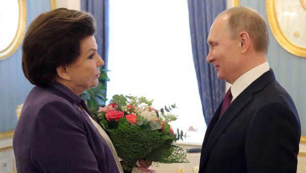 Vladimir Putin e Valentina Tereshkova - Sputnik Italia