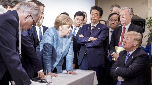 La cancelliera della Germania Angela Merkel parla al presidente statunitense Donald Trump durante il summit del G7. - Sputnik Italia