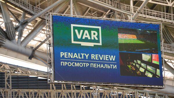 Un maxischermo della Kazan Arena indica l'utilizzo della VAR - Sputnik Italia