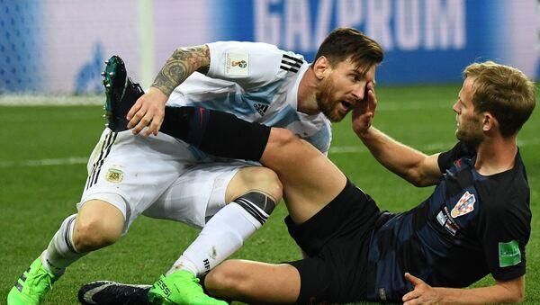 Leo Messi si arrabbia con il giocatore croato Ivan Strinic - Sputnik Italia