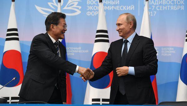 Vladimir Putin e Moon Jae-in - Sputnik Italia