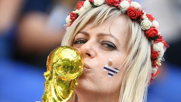 Una tifosa uruguaiana baccia la coppa del mondo - Sputnik Italia