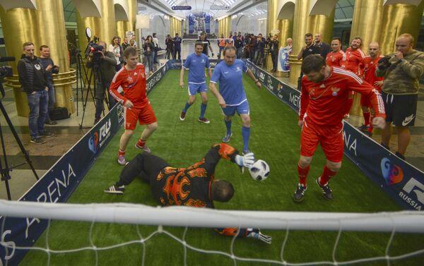 Una partita di calcio nella stazione della metropolitana Mezhdunarodnaya di San Pietroburgo - Sputnik Italia