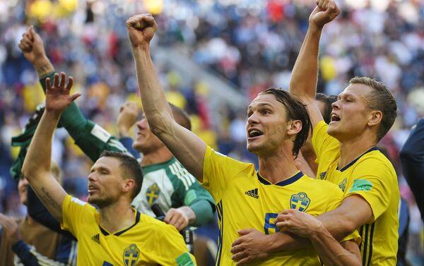 La gioia dei giocatori svedesi dopo il passaggio ai quarti di finale dei Mondiali, ottenuto battendo 1-0 la Svizzera - Sputnik Italia