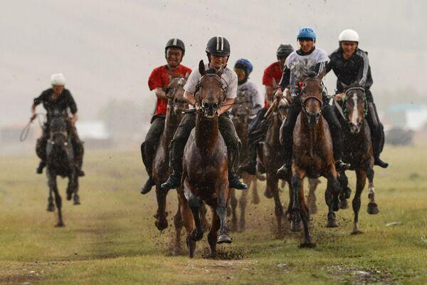 Un momento delle corse dei cavalli, appuntamento molto sentito dai partecipanti alla festa. - Sputnik Italia