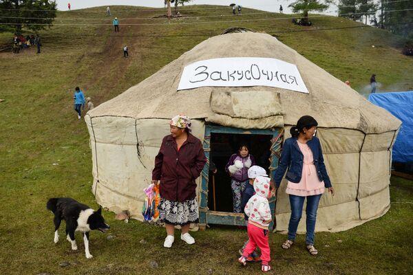 Un caffè nella yurta, la tradizionale tenda dei popoli nomadi dell'Asia Centrale. - Sputnik Italia