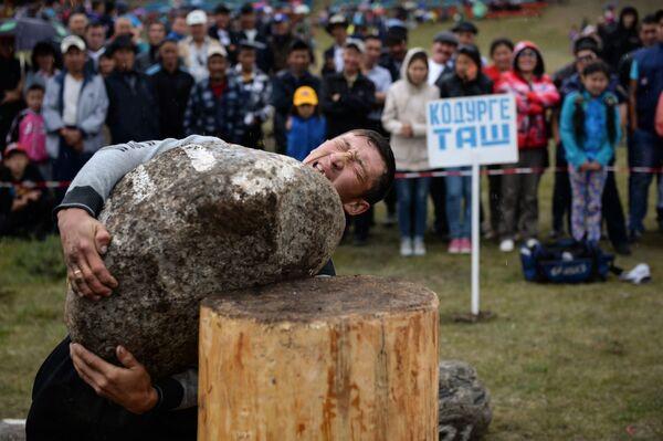 Un'altro sport tradizionale dei Telenghiti è il sollevamento dei massi. - Sputnik Italia