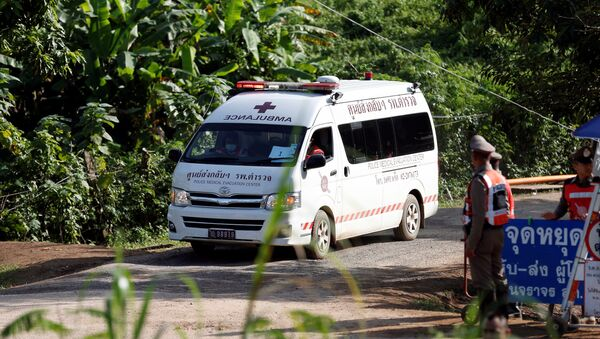 An ambulance believed to be carrying rescued schoolboys leaves from Tham Luang cave complex in the northern province of Chiang Rai, Thailand, July 9, 2018 - Sputnik Italia
