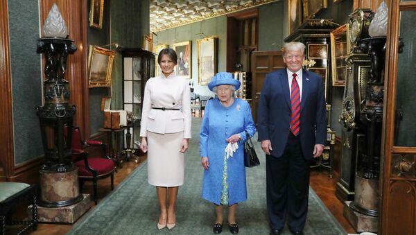 Il presidente Donald Trump e sua moglie, Melania all'appuntamento con Elisabetta II - Sputnik Italia