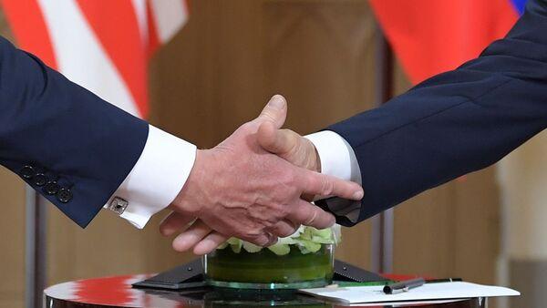 Una stretta di mano di Putin e Trump a Helsinki - Sputnik Italia