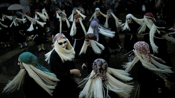 Donne vestite da streghe a Mundaka, Spagna - Sputnik Italia