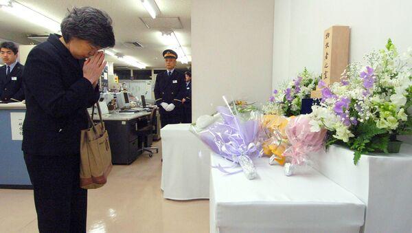 La vedova di un collaboratore della metropolitana di Tokyo morto nell'attacco terroristico del 1995 prega alla stazione Kasumigaseki all'11° anniversario della tragedia - Sputnik Italia