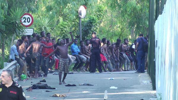 Migrantes que consiguieron entrar a suelo español tras un salto masivo en la valla fronteriza en Ceuta - Sputnik Italia