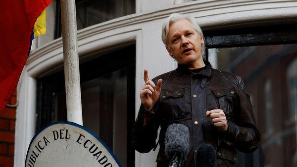 WikiLeaks founder Julian Assange is seen on the balcony of the Ecuadorian Embassy in London, Britain, May 19, 2017 - Sputnik Italia