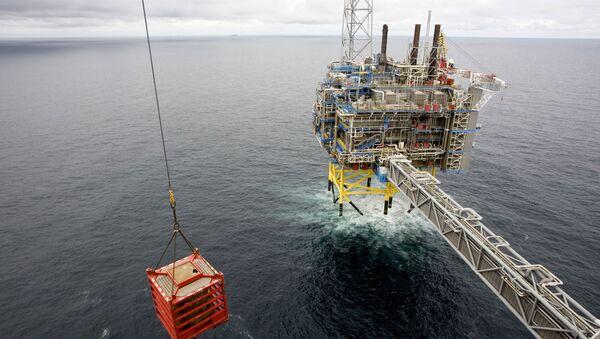 Un container viene sollevato da una gru il 15 maggio 2008 sulla piattaforma del gas Sleipner, a circa 250 km dalla costa norvegese nel Mare del Nord - Sputnik Italia