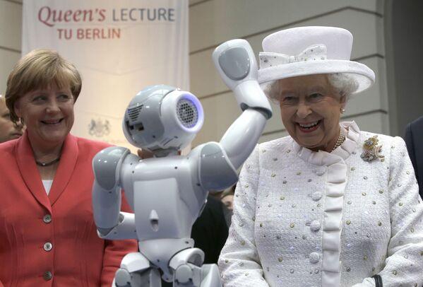 La cancelliera tedesca Angela Merkel e la Regina Elisabetta II durante un ricevimento presso la Technische Universitaet (Università tecnica) di Berlino, Germania - 24 giugno 2015. - Sputnik Italia