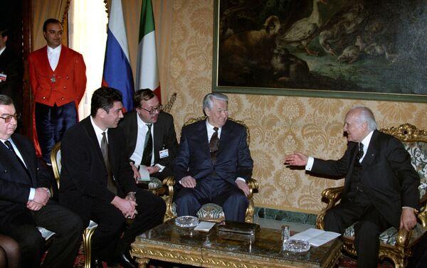 Evgeny Primakov (primo da sx), Elstin e l'allora presidente della Repubblica Scalfaro - Sputnik Italia
