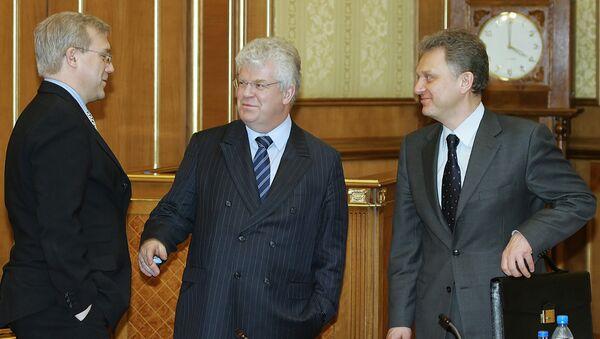 Chizhov (al centro) con il viceministro agli Esteri Grushko (a sinistra) e Victor Kristenko ministro dell'energia (a destra) - Sputnik Italia
