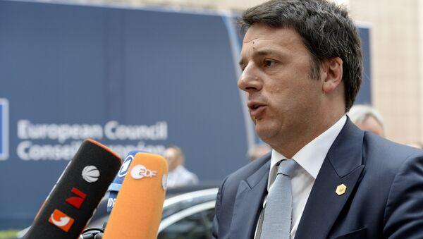 Il primo ministro italino Matteo Renzi parla con i giornalisti dopo il summit UE a Bruxelles, il 26 giugno, 2015 - Sputnik Italia