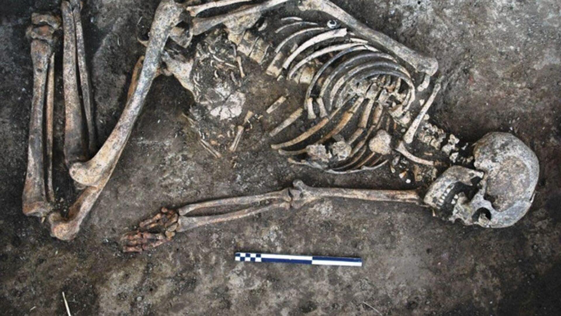 Uno scheletero di una donna con decorazioni sulle ossa  - Sputnik Italia, 1920, 01.05.2021