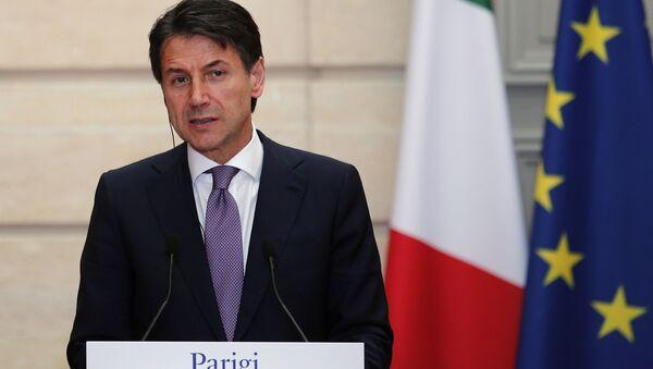 Premier dell'Italia Giuseppe Conte alla conferenza stampa congiunta con Emmanuel Macron - Sputnik Italia