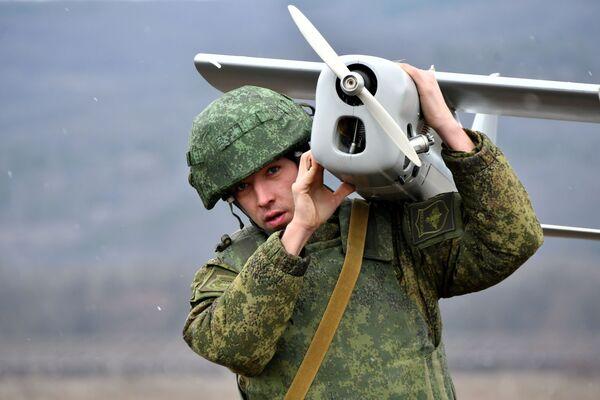 Военнослужащий запускает беспилотный летательный аппарат во время тактических учений ВДВ на полигоне Раевский - Sputnik Italia