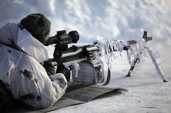 Военнослужащий принимает участие в войсковых испытаниях неохлаждаемого тепловизионного прицела Шахин на базе 45-го отдельного гвардейского полка специального назначения ВДВ в Кубинке - Sputnik Italia