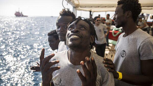 Migranti a bordo della nave Open Arms - Sputnik Italia