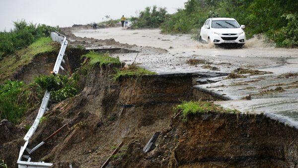 Una strada distrutta dalle piogge in Russia - Sputnik Italia