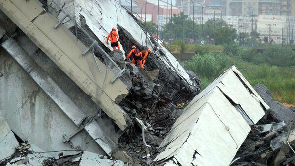 Soccorritori al lavoro tra le macerie del ponte Morandi a Genova - Sputnik Italia