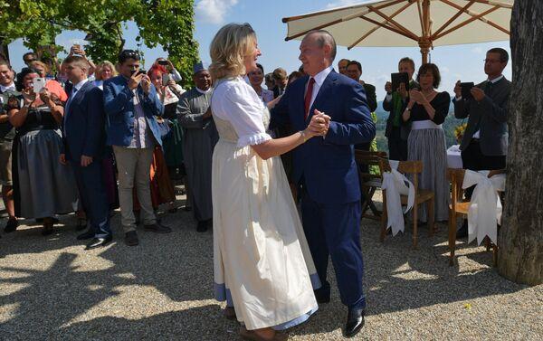 Vladimir Putin balla con il ministro degli Esteri austriaco Karin Kneissl - Sputnik Italia