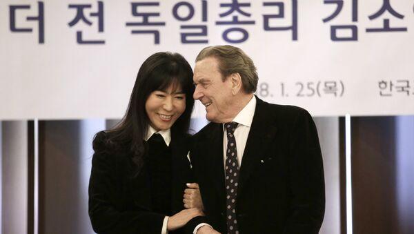 Gerhard Schröder und seine Verlobte Kim So-yeon - Sputnik Italia