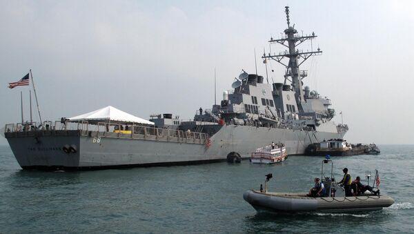A patrol boat guards the USS The Sullivans (DDG-68) - Sputnik Italia